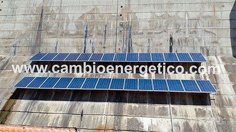 Instalación solar aislada trifásica realizada por Cambio Energético para mover las compuertas de una presa y abastecer todos los consumos secundarios e iluminación.