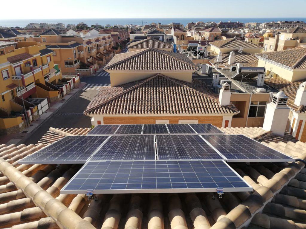 Instalación de autoconsumo fotovoltaico realizada por Cambio Energético Almería en Aguadulce.
