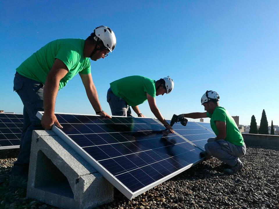 Instalando placas solares en Sevilla.